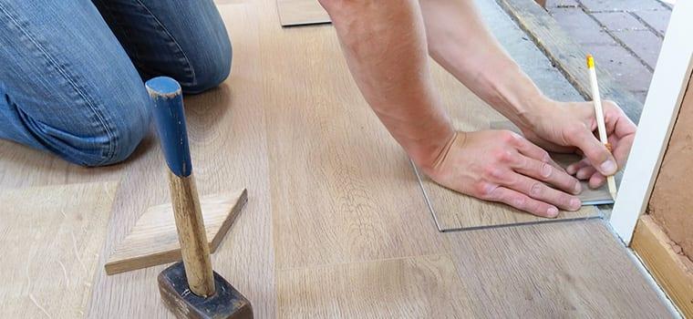 5WERK+ | Im Rahmen unserer Renovierungsarbeiten frischen wir auch im Inneren Wandfarbe, Tapeten, Böden und Innenwände wieder auf.